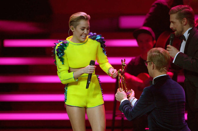 Выступление Майли Сайрус на премии «Bambi Awards» в Германии: miley-cyrus-2013-bambi-awards--03_Starbeat.ru