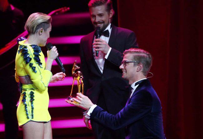 Выступление Майли Сайрус на премии «Bambi Awards» в Германии: miley-cyrus-2013-bambi-awards--04_Starbeat.ru