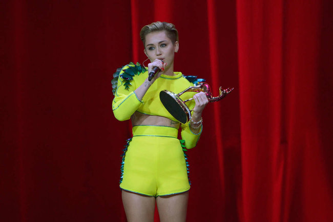Выступление Майли Сайрус на премии «Bambi Awards» в Германии: miley-cyrus-2013-bambi-awards--10_Starbeat.ru