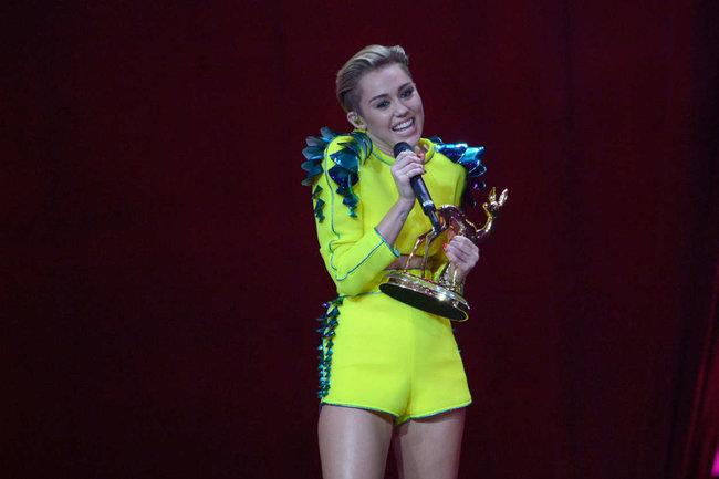 Выступление Майли Сайрус на премии «Bambi Awards» в Германии: miley-cyrus-2013-bambi-awards--17_Starbeat.ru