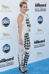 Майли Сайрус на красной дорожке «Billboard Music Awards 2013»: miley-cyrus---2013-billboard-music-awards-in-las-vegas--01_Starbeat.ru