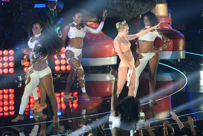 «MTV Video Music Awards 2013» в Бруклине: скандальное выступление Майли Сайрус: miley-cyrus-pictures-hot-vma-2013-mtv-performance--04_Starbeat.ru