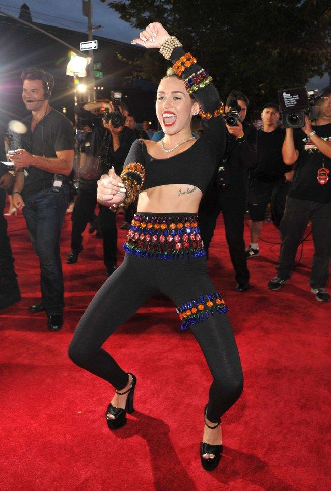 «MTV Video Music Awards 2013» в Бруклине: скандальное выступление Майли Сайрус: miley-cyrus-pictures-hot-vma-2013-mtv-performance--13_Starbeat.ru