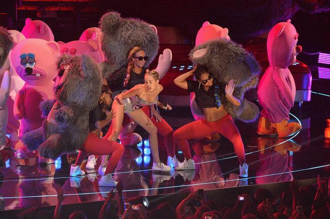 «MTV Video Music Awards 2013» в Бруклине: скандальное выступление Майли Сайрус: miley-cyrus-pictures-hot-vma-2013-mtv-performance--23_Starbeat.ru