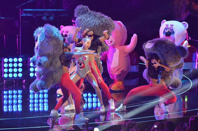«MTV Video Music Awards 2013» в Бруклине: скандальное выступление Майли Сайрус: miley-cyrus-pictures-hot-vma-2013-mtv-performance--26_Starbeat.ru