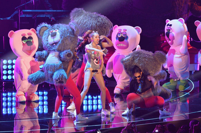 «MTV Video Music Awards 2013» в Бруклине: скандальное выступление Майли Сайрус: miley-cyrus-pictures-hot-vma-2013-mtv-performance--29_Starbeat.ru