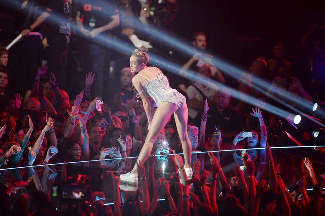«MTV Video Music Awards 2013» в Бруклине: скандальное выступление Майли Сайрус: miley-cyrus-pictures-hot-vma-2013-mtv-performance--37_Starbeat.ru