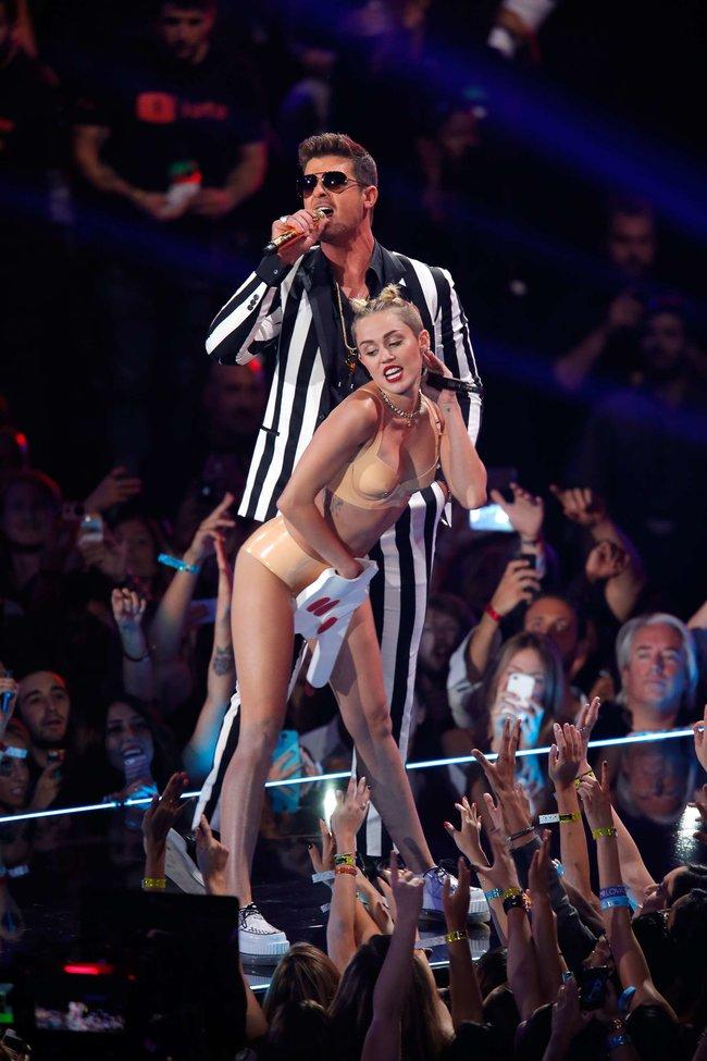 «MTV Video Music Awards 2013» в Бруклине: скандальное выступление Майли Сайрус: miley-cyrus-pictures-hot-vma-2013-mtv-performance--42_Starbeat.ru