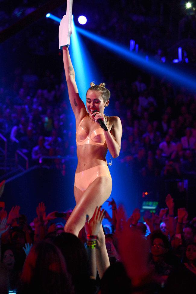 «MTV Video Music Awards 2013» в Бруклине: скандальное выступление Майли Сайрус: miley-cyrus-pictures-hot-vma-2013-mtv-performance--48_Starbeat.ru