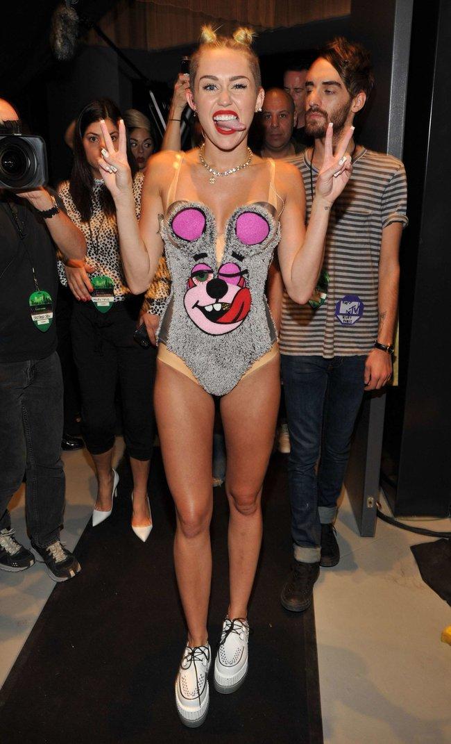 «MTV Video Music Awards 2013» в Бруклине: скандальное выступление Майли Сайрус: miley-cyrus-pictures-hot-vma-2013-mtv-performance--59_Starbeat.ru