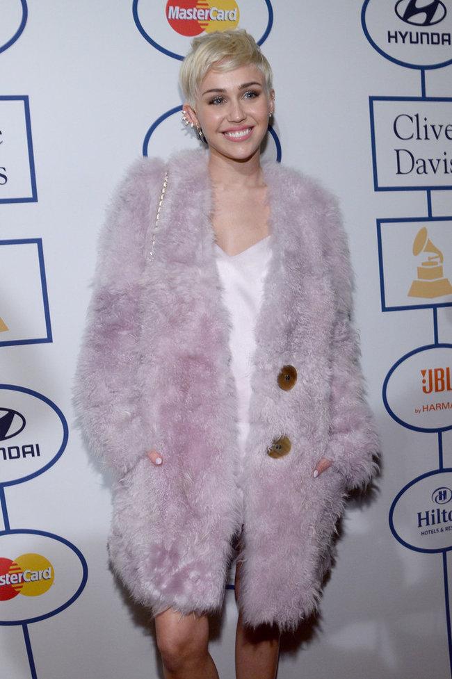 Гала-вечер посвященный премии «Грэмми 2014»: Майли Сайрус: miley-cyrus-grammy-2014-pre-grammy-gala--27_Starbeat.ru