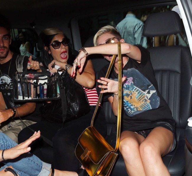 Майли Сайрус продемонстрировала нижнее белье, выходя из машины: miley-cyrus-upskirt-photos-london-02_Starbeat.ru