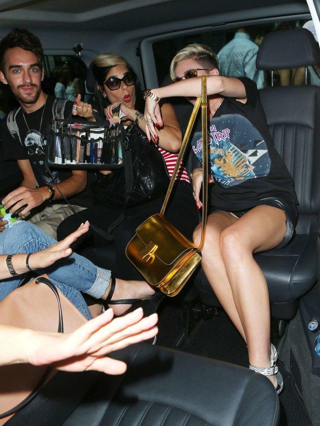 Майли Сайрус продемонстрировала нижнее белье, выходя из машины: miley-cyrus-upskirt-photos-london-10_Starbeat.ru