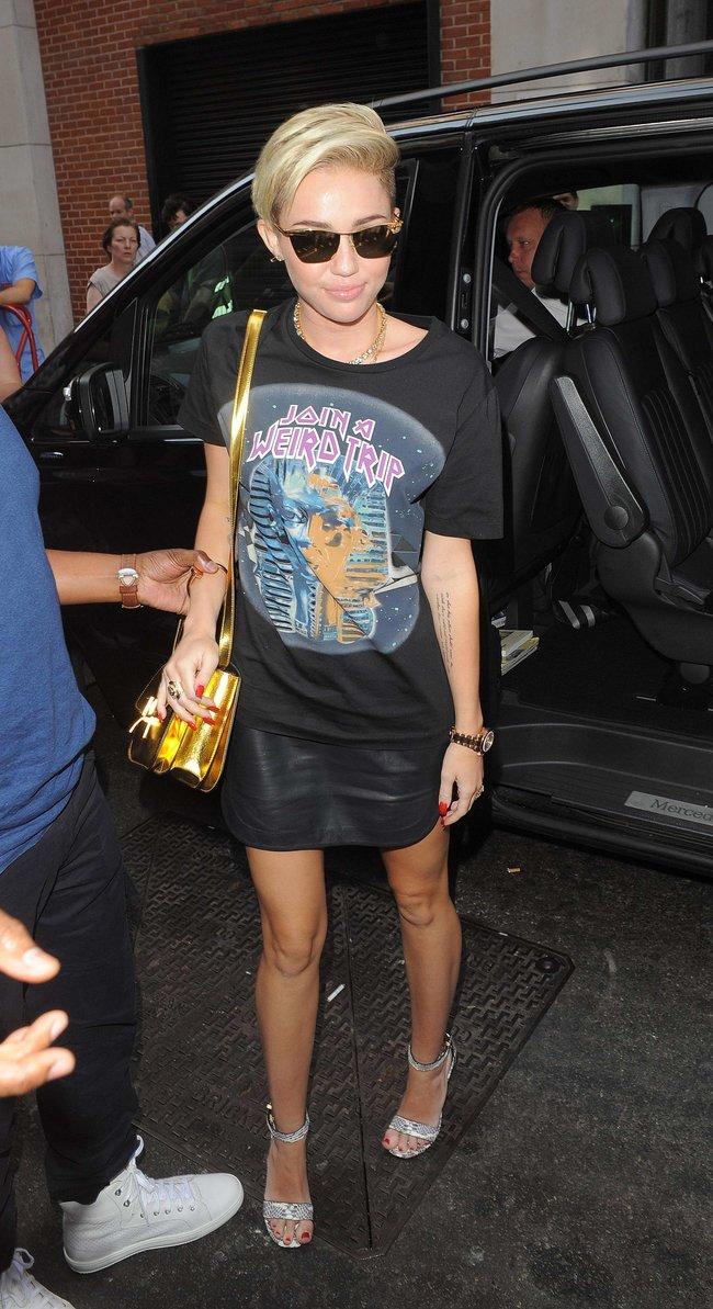 Майли Сайрус продемонстрировала нижнее белье, выходя из машины: miley-cyrus-upskirt-photos-london-21_Starbeat.ru