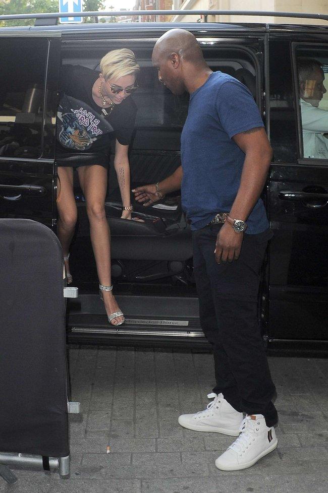 Майли Сайрус продемонстрировала нижнее белье, выходя из машины: miley-cyrus-upskirt-photos-london-23_Starbeat.ru