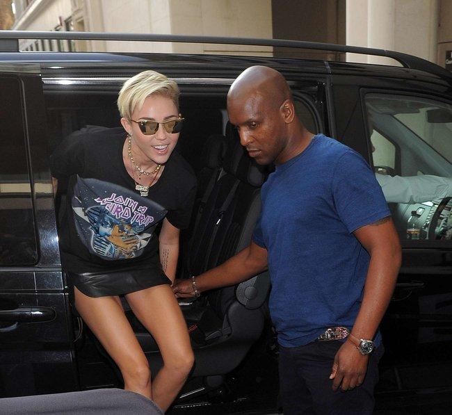 Майли Сайрус продемонстрировала нижнее белье, выходя из машины: miley-cyrus-upskirt-photos-london-25_Starbeat.ru