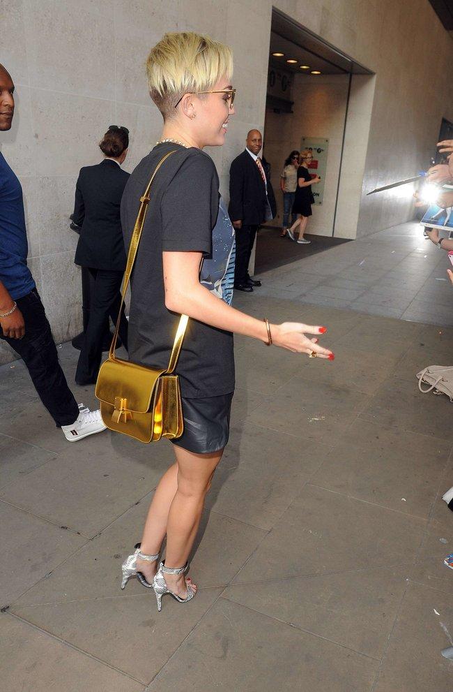 Майли Сайрус продемонстрировала нижнее белье, выходя из машины: miley-cyrus-upskirt-photos-london-34_Starbeat.ru