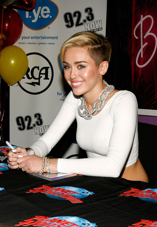 Презентация нового альбома Майли Сайрус «Bangerz» в «Planet Hollywood»: miley-cyrus-bangerz-promo-in-nyc--06_Starbeat.ru
