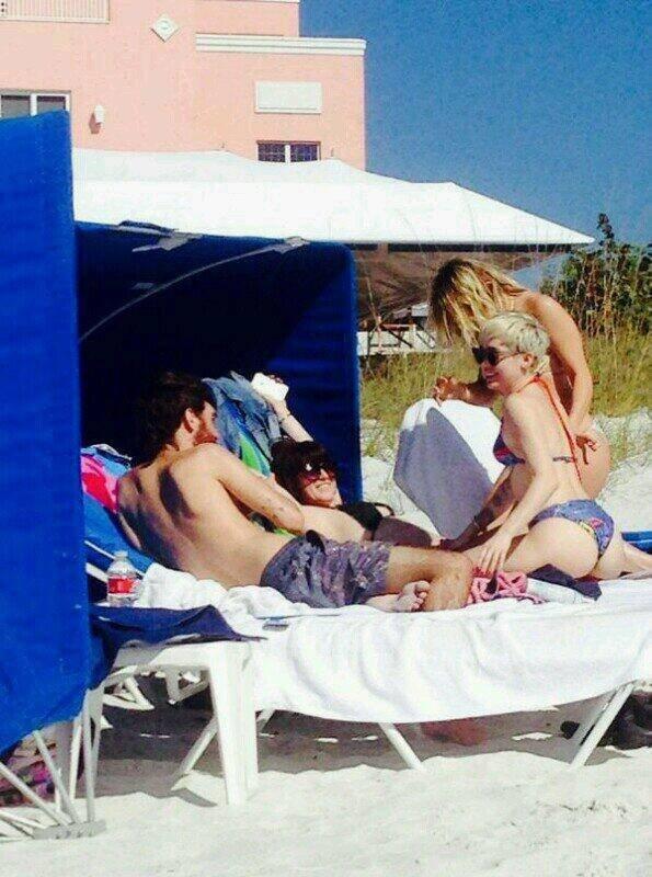 Майли Сайрус на отдыхе в бикини: miley-bikini-1_Starbeat.ru