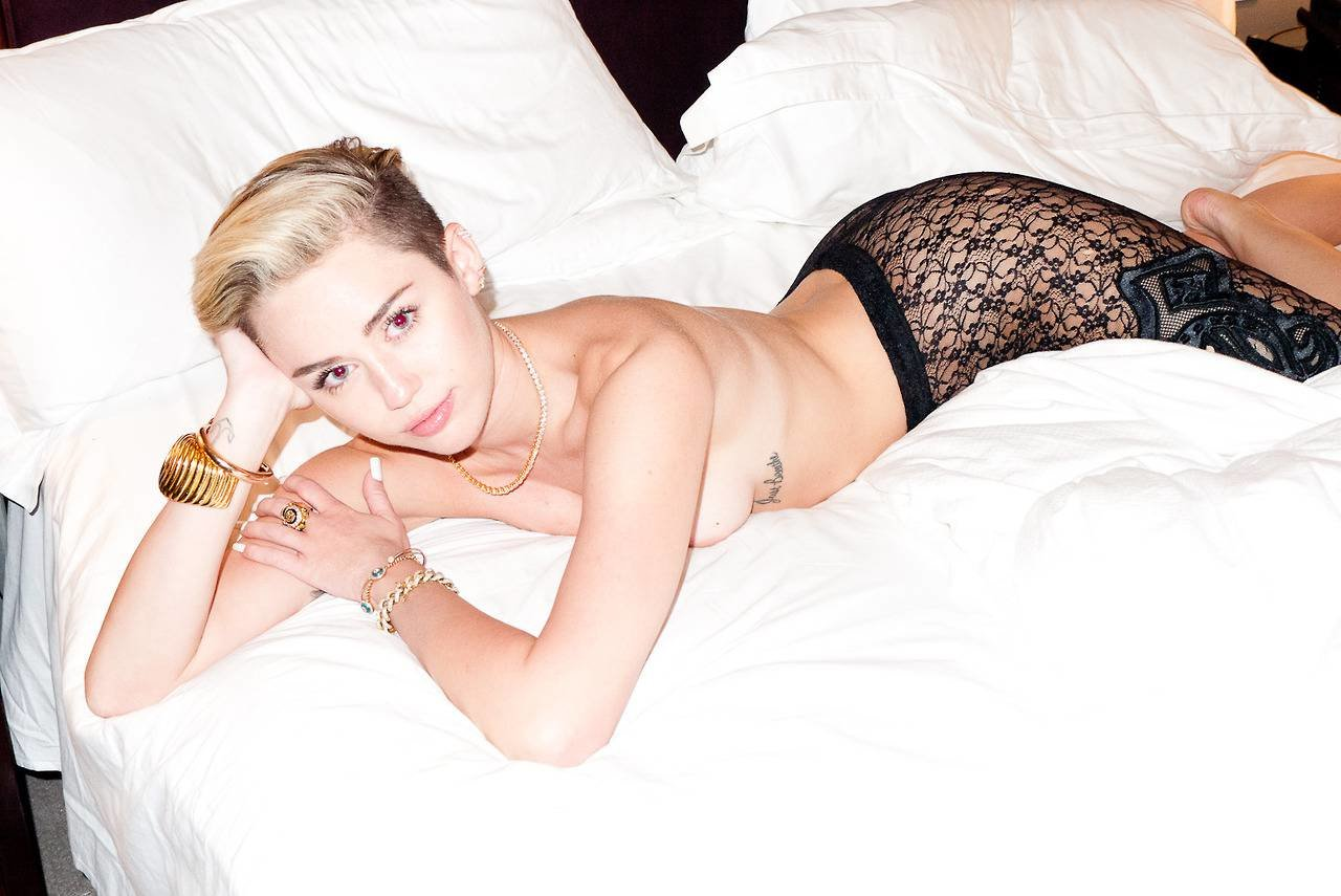 jael-pardo-miley-cyrus-spain-hotel-room-nude