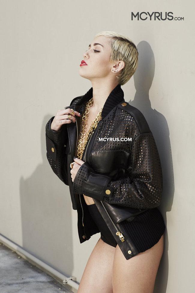 Майли Сайрус: певица продемонстрировала свою обнаженную грудь (фотограф: Brian Bowen Smith): miley-cyrus-brian-bowen-smith-photoshoot--02_Starbeat.ru