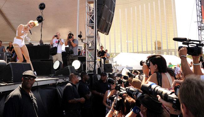 Выступление Майли Сайрус на музыкальном фестивале «iHeartRadio 2013»: miley-cyrus-photos-iheartradio-2013-performance-08_Starbeat.ru
