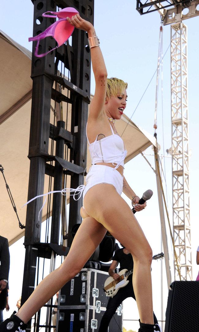 Выступление Майли Сайрус на музыкальном фестивале «iHeartRadio 2013»: miley-cyrus-photos-iheartradio-2013-performance-19_Starbeat.ru