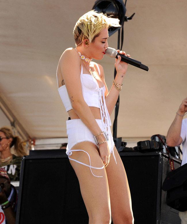 Выступление Майли Сайрус на музыкальном фестивале «iHeartRadio 2013»: miley-cyrus-photos-iheartradio-2013-performance-29_Starbeat.ru