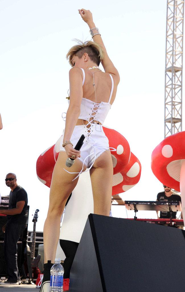 Выступление Майли Сайрус на музыкальном фестивале «iHeartRadio 2013»: miley-cyrus-photos-iheartradio-2013-performance-61_Starbeat.ru