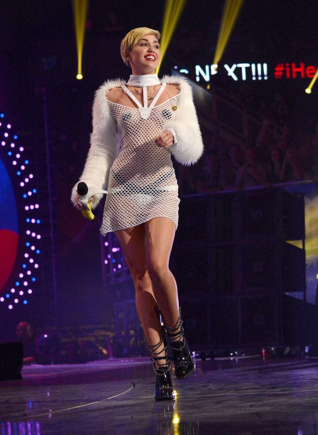 Майли Сайрус выступила на сцене фестиваля «iHeartRadio»: miley-cyrus-iheart-2013--01_Starbeat.ru