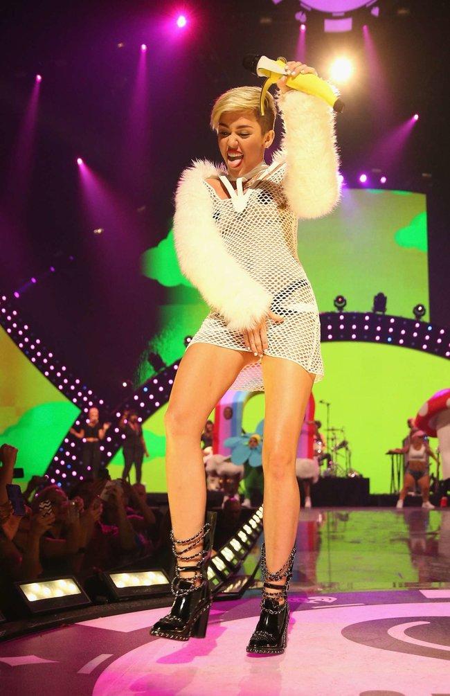Майли Сайрус выступила на сцене фестиваля «iHeartRadio»: miley-cyrus-iheart-2013--04_Starbeat.ru