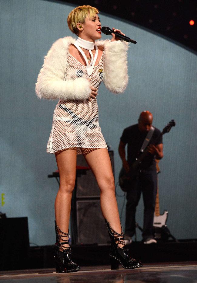 Майли Сайрус выступила на сцене фестиваля «iHeartRadio»: miley-cyrus-iheart-2013--06_Starbeat.ru