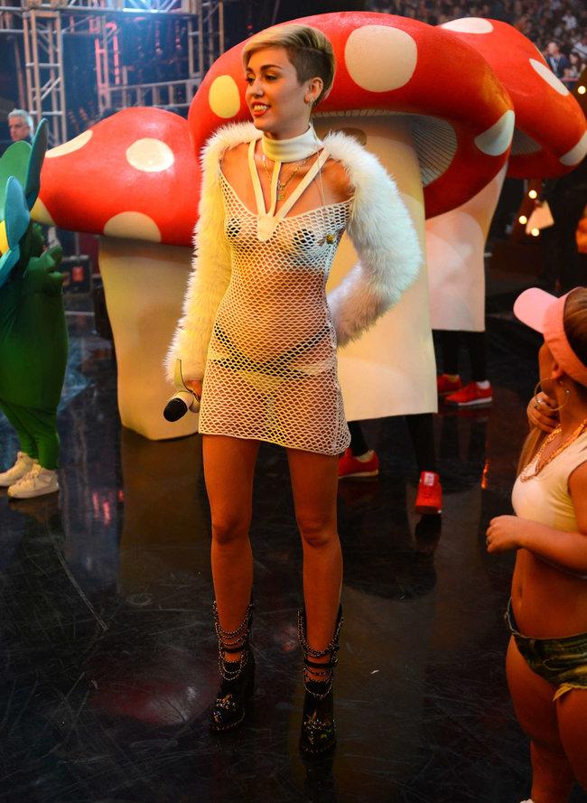 Майли Сайрус выступила на сцене фестиваля «iHeartRadio»: miley-cyrus-iheart-2013--09_Starbeat.ru
