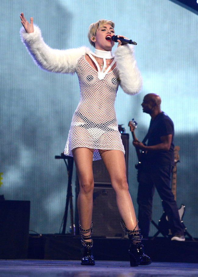 Майли Сайрус выступила на сцене фестиваля «iHeartRadio»: miley-cyrus-iheart-2013--100_Starbeat.ru