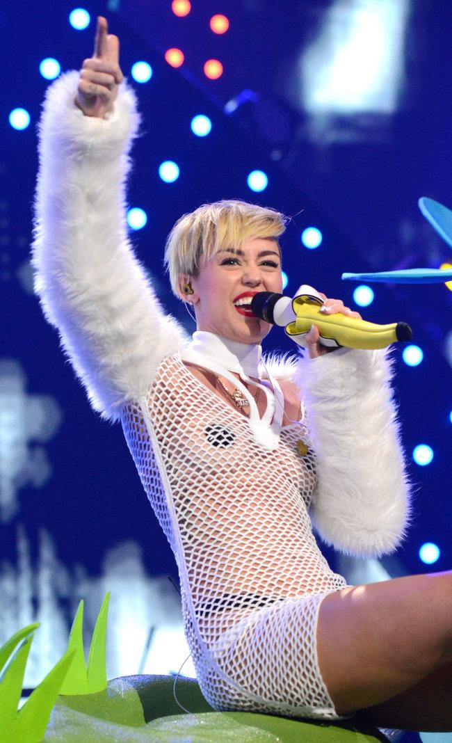 Майли Сайрус выступила на сцене фестиваля «iHeartRadio»: miley-cyrus-iheart-2013--101_Starbeat.ru
