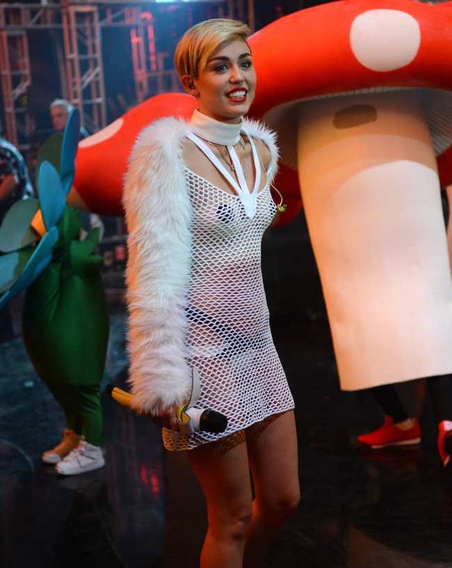 Майли Сайрус выступила на сцене фестиваля «iHeartRadio»: miley-cyrus-iheart-2013--102_Starbeat.ru