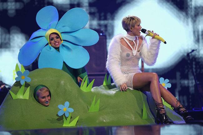 Майли Сайрус выступила на сцене фестиваля «iHeartRadio»: miley-cyrus-iheart-2013--103_Starbeat.ru