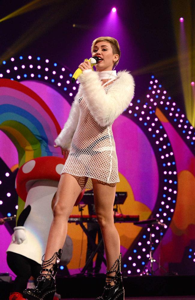 Майли Сайрус выступила на сцене фестиваля «iHeartRadio»: miley-cyrus-iheart-2013--104_Starbeat.ru