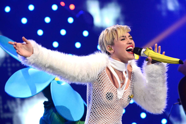 Майли Сайрус выступила на сцене фестиваля «iHeartRadio»: miley-cyrus-iheart-2013--105_Starbeat.ru