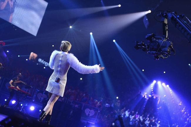 Майли Сайрус выступила на сцене фестиваля «iHeartRadio»: miley-cyrus-iheart-2013--111_Starbeat.ru