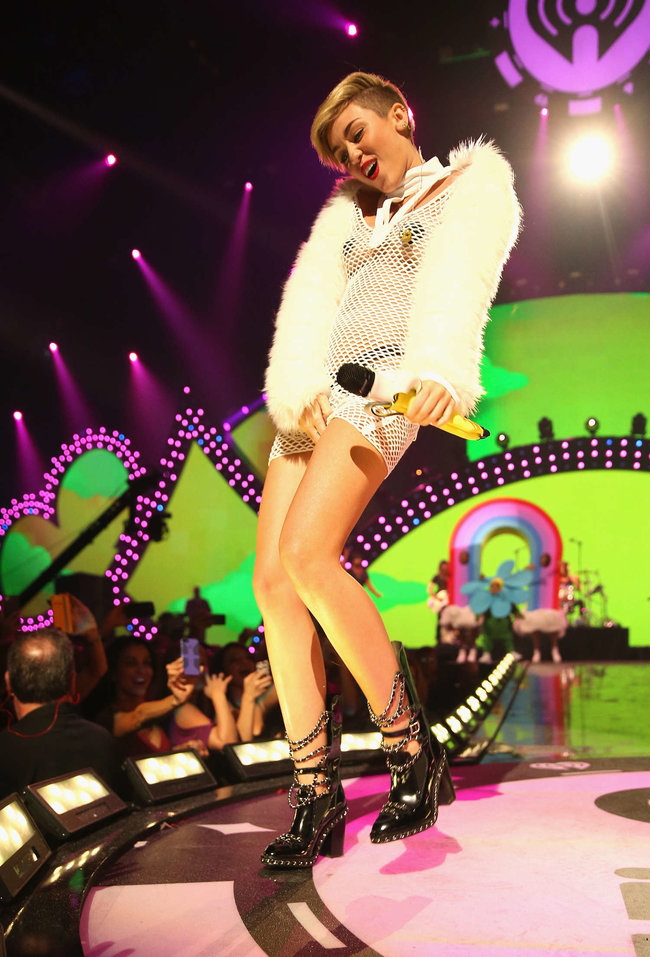 Майли Сайрус выступила на сцене фестиваля «iHeartRadio»: miley-cyrus-iheart-2013--114_Starbeat.ru