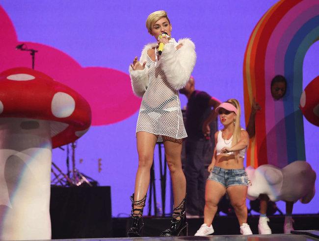 Майли Сайрус выступила на сцене фестиваля «iHeartRadio»: miley-cyrus-iheart-2013--118_Starbeat.ru