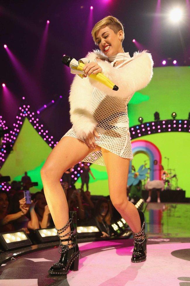 Майли Сайрус выступила на сцене фестиваля «iHeartRadio»: miley-cyrus-iheart-2013--13_Starbeat.ru