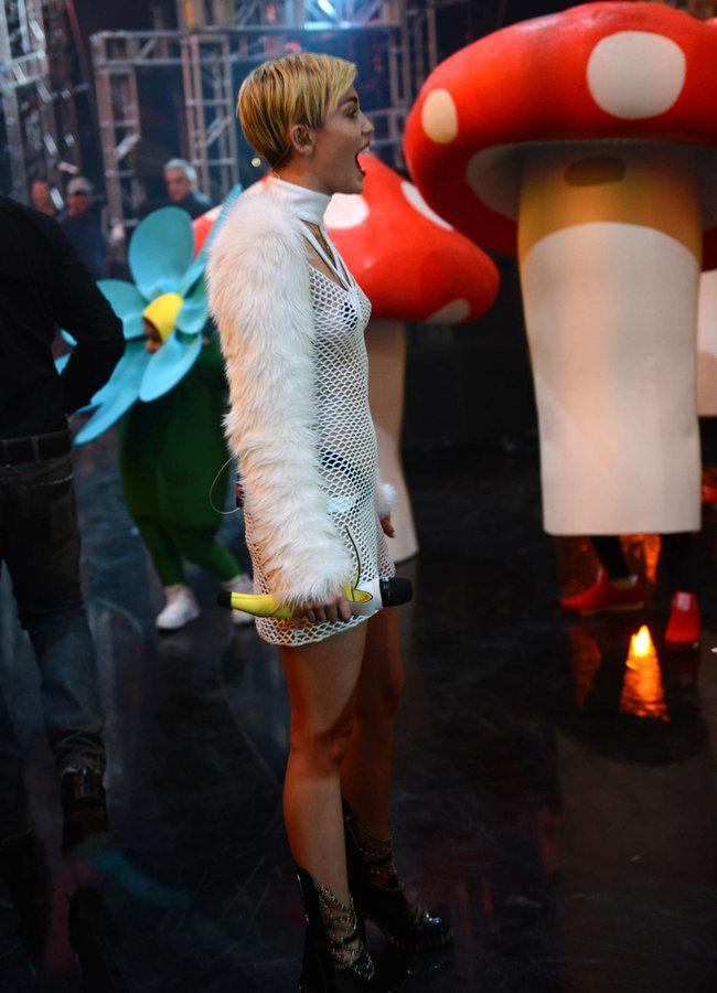 Майли Сайрус выступила на сцене фестиваля «iHeartRadio»: miley-cyrus-iheart-2013--14_Starbeat.ru