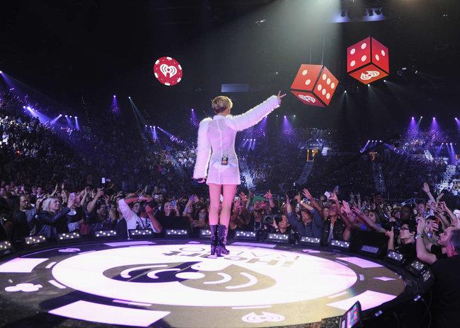 Майли Сайрус выступила на сцене фестиваля «iHeartRadio»: miley-cyrus-iheart-2013--15_Starbeat.ru