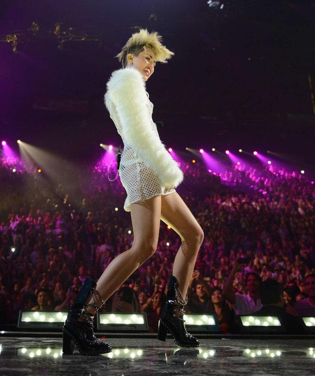 Майли Сайрус выступила на сцене фестиваля «iHeartRadio»: miley-cyrus-iheart-2013--16_Starbeat.ru
