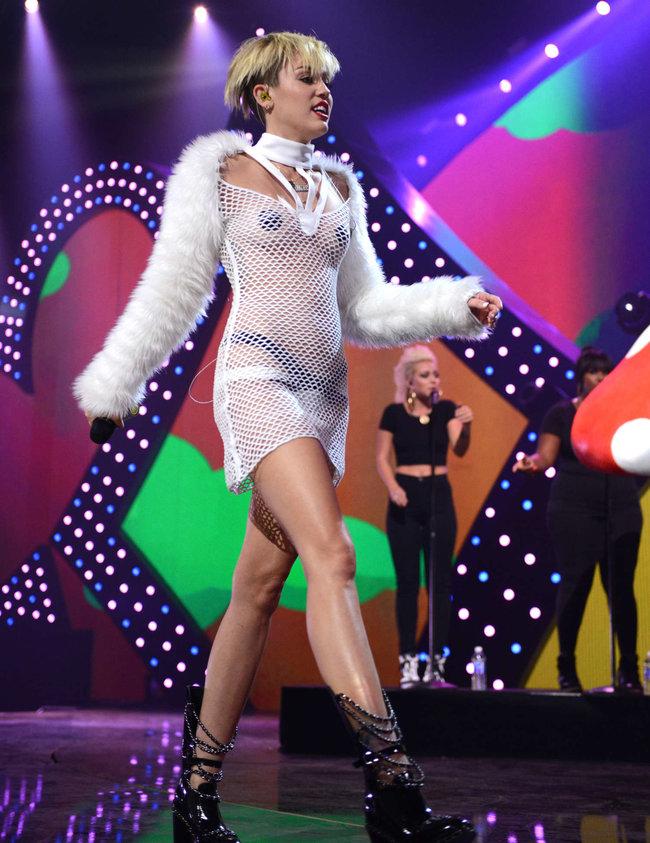 Майли Сайрус выступила на сцене фестиваля «iHeartRadio»: miley-cyrus-iheart-2013--17_Starbeat.ru