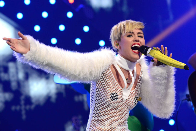 Майли Сайрус выступила на сцене фестиваля «iHeartRadio»: miley-cyrus-iheart-2013--18_Starbeat.ru