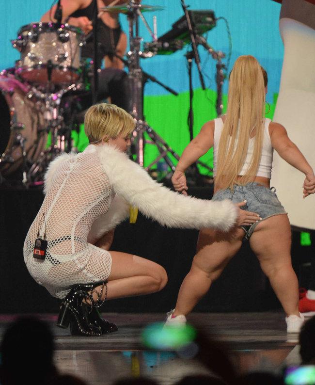 Майли Сайрус выступила на сцене фестиваля «iHeartRadio»: miley-cyrus-iheart-2013--20_Starbeat.ru