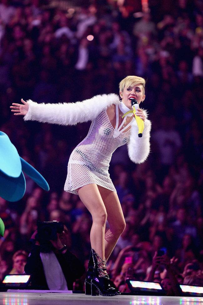 Майли Сайрус выступила на сцене фестиваля «iHeartRadio»: miley-cyrus-iheart-2013--21_Starbeat.ru